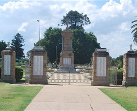 Warwick War Memorial and Gates - Accommodation Bookings