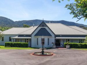 Cowley House - stunning entertainer views pool Wongawilli