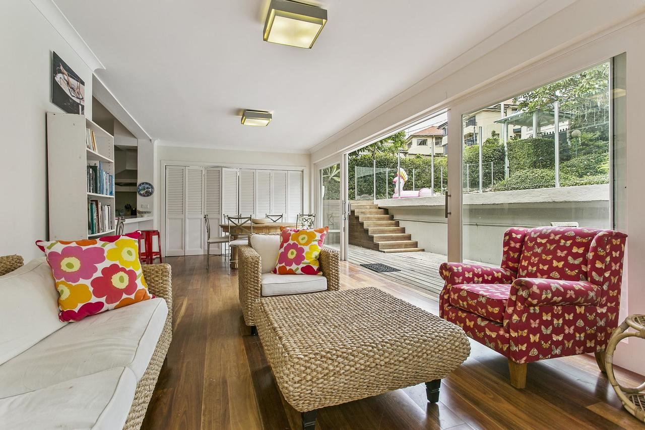 Summery spacious 4 bed home in Kurraba Point - Accommodation Bookings