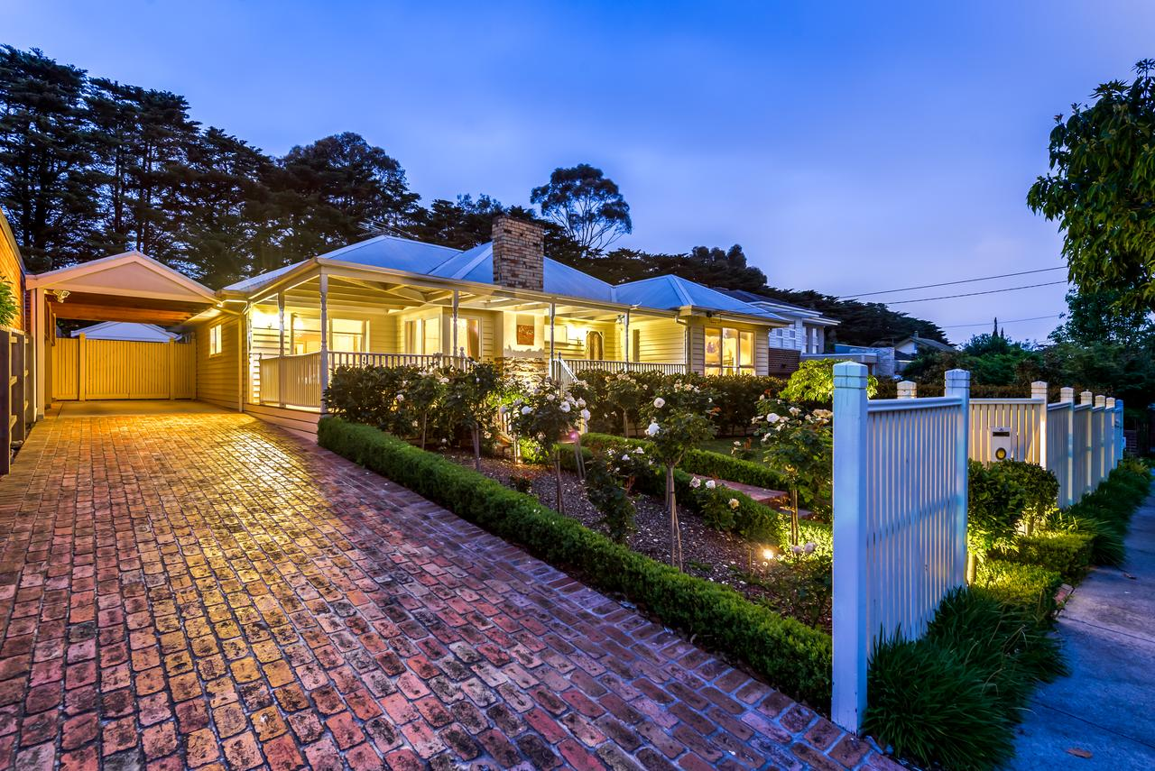 Lovely 5BR full house in Glen Waverley walk to train bus  shops - Accommodation Bookings
